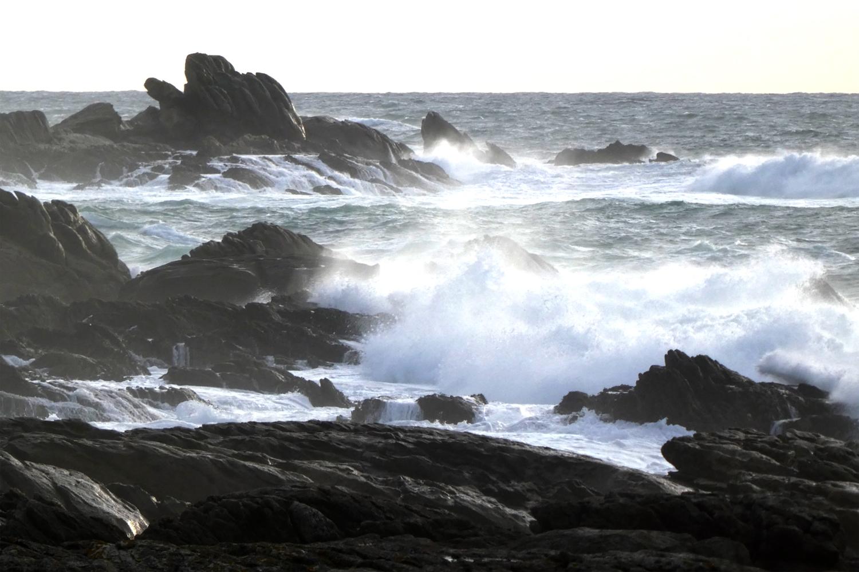 klipper langs kysten på vandreture i Bretagne